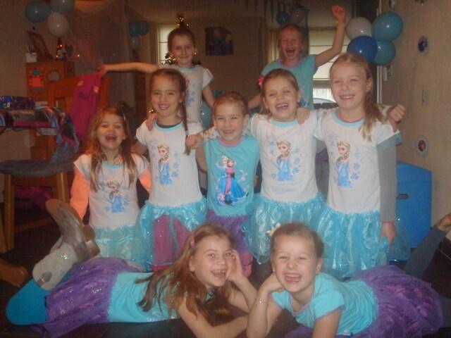 De meiden in de Frozen outfits