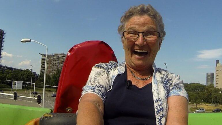 Oma in de bocht..