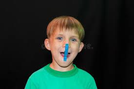 #opdracht: maak foto vind 5 wasknijpers en maak ze vast aan gezicht/haar