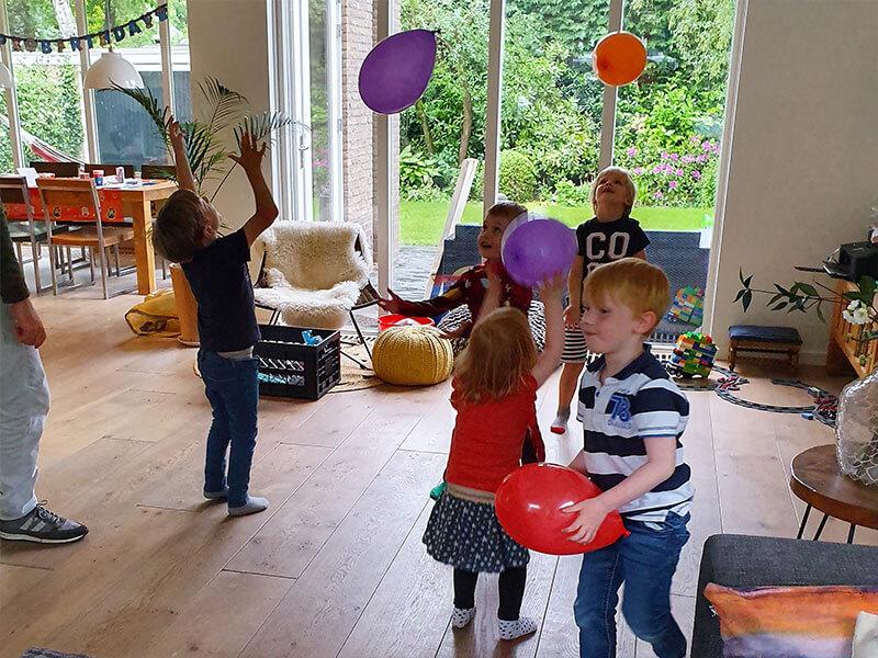 Ballon hooghouden als een helikopter die in de lucht vliegt.